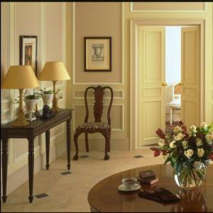 10-traditional-hallways-design-ideas-classical-hallway.jpg